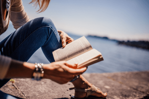 読書をする女性の図